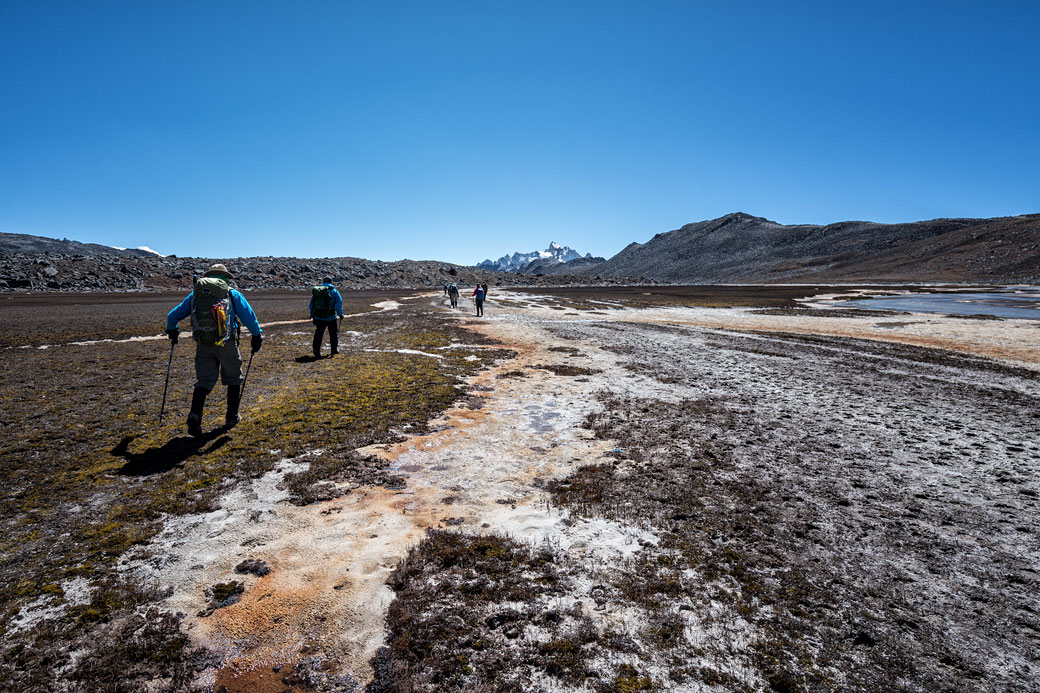 Trekkeurs traversant un plateau en route pour Chukarpo, Bhoutan