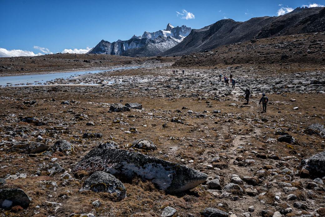 Trekkeurs, lac et montagnes près de Chukarpo, Bhoutan