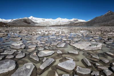 Lac d'altitude et montagnes enneigées, Bhoutan