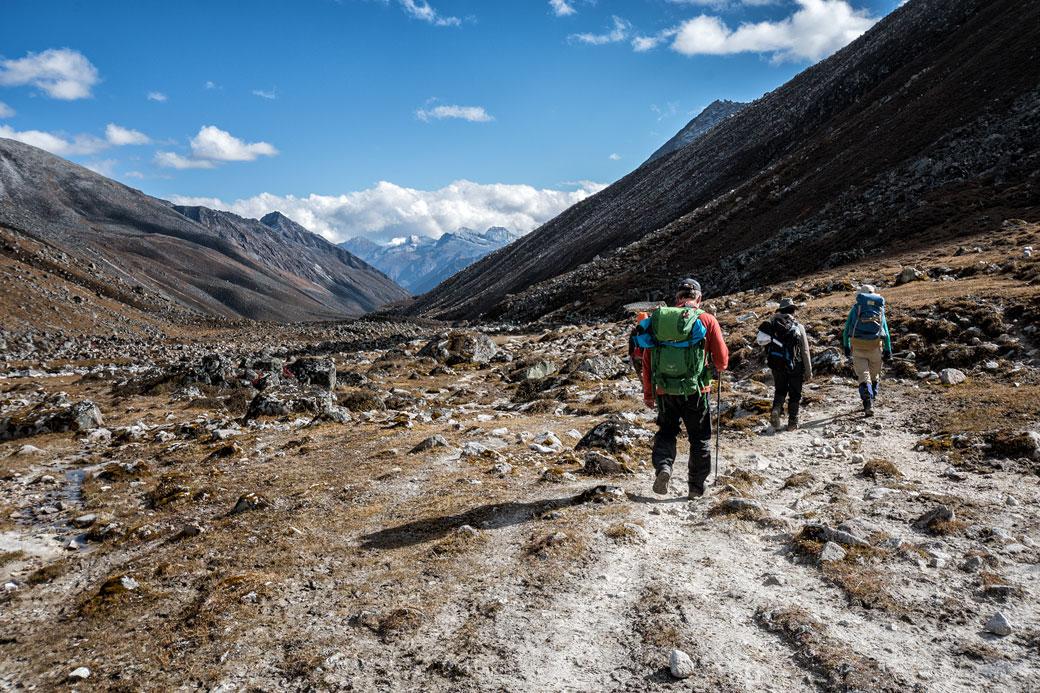 Descente vers la vallée en route pour Chukarpo, Bhoutan