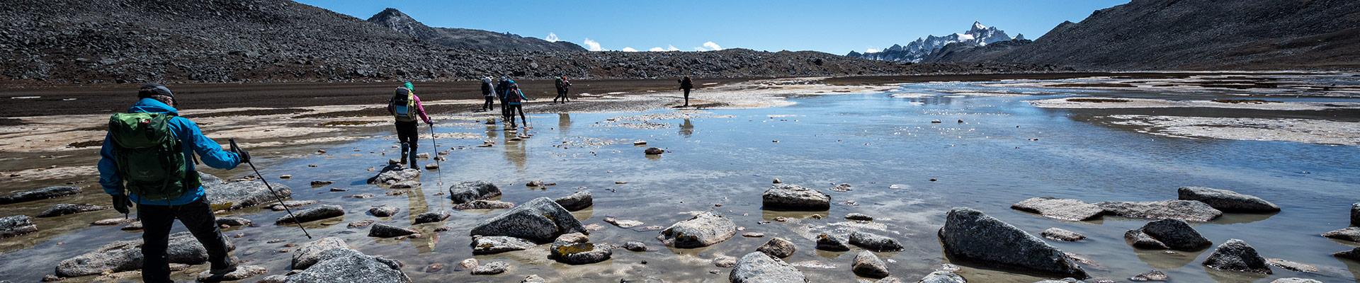 Top image trekkeurs sur un plan d'eau près de Rinchen Zoe La, Bhoutan