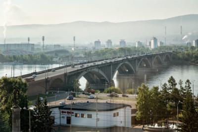 Pont communal au centre de Krasnoyarsk, Russie