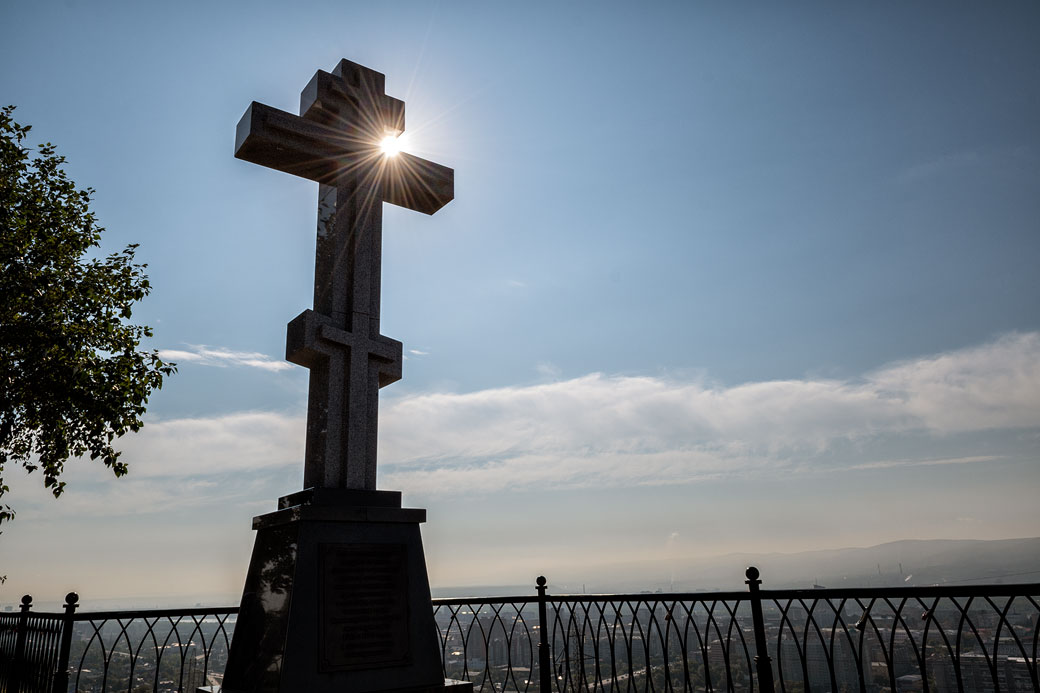 Croix qui surplombe la ville de Krasnoyarsk, Russie