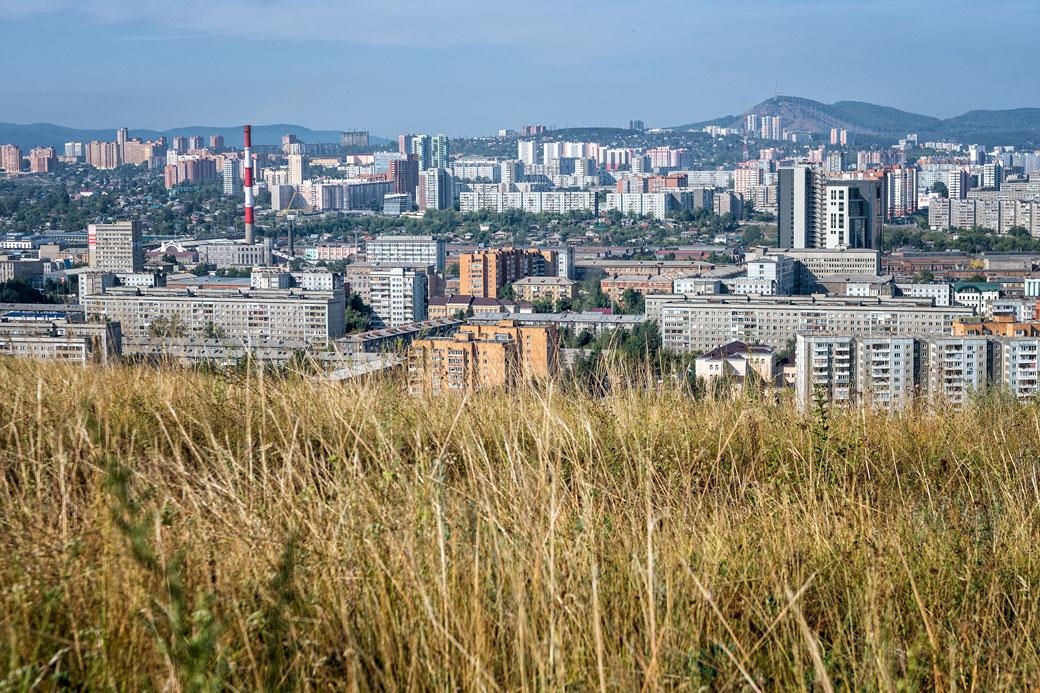 Herbes folles et immeubles de Krasnoyarsk, Russie