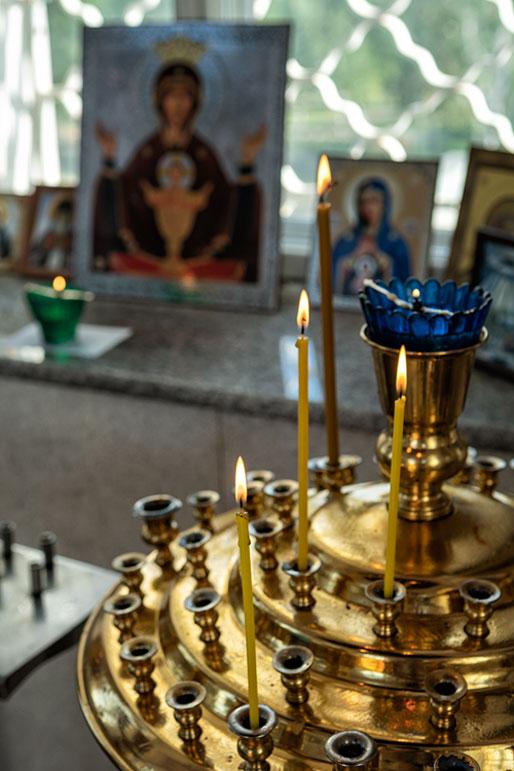 Bougies et icônes religieuses dans la chapelle Paraskeva Pyatnitsa, Russie