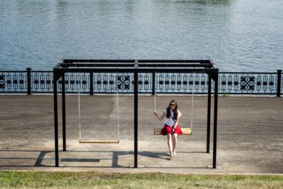 Jeune femme sur une balançoire au bord du fleuve Yenisei, Russie