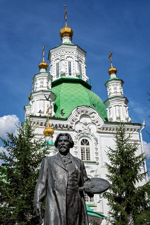 Statue de Vasily Surikov devant une église orthodoxe, Russie