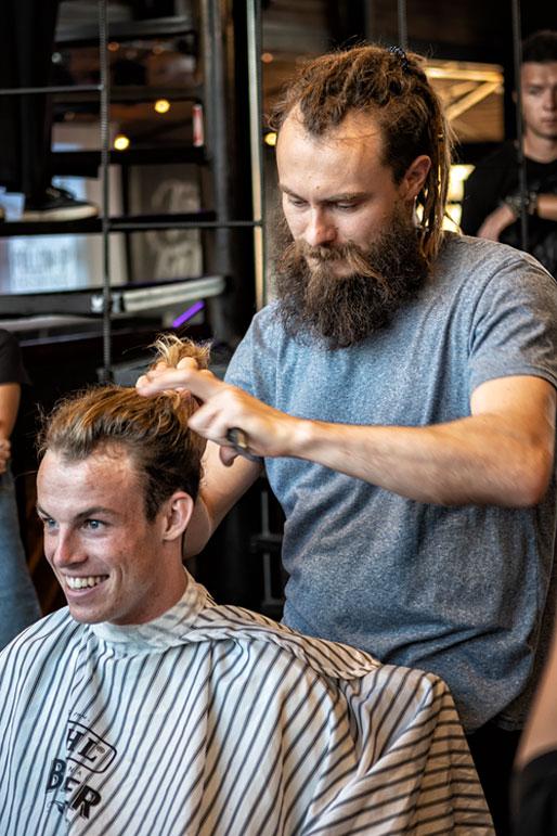 Le barbier Denis Yushin en plein travail, Russie