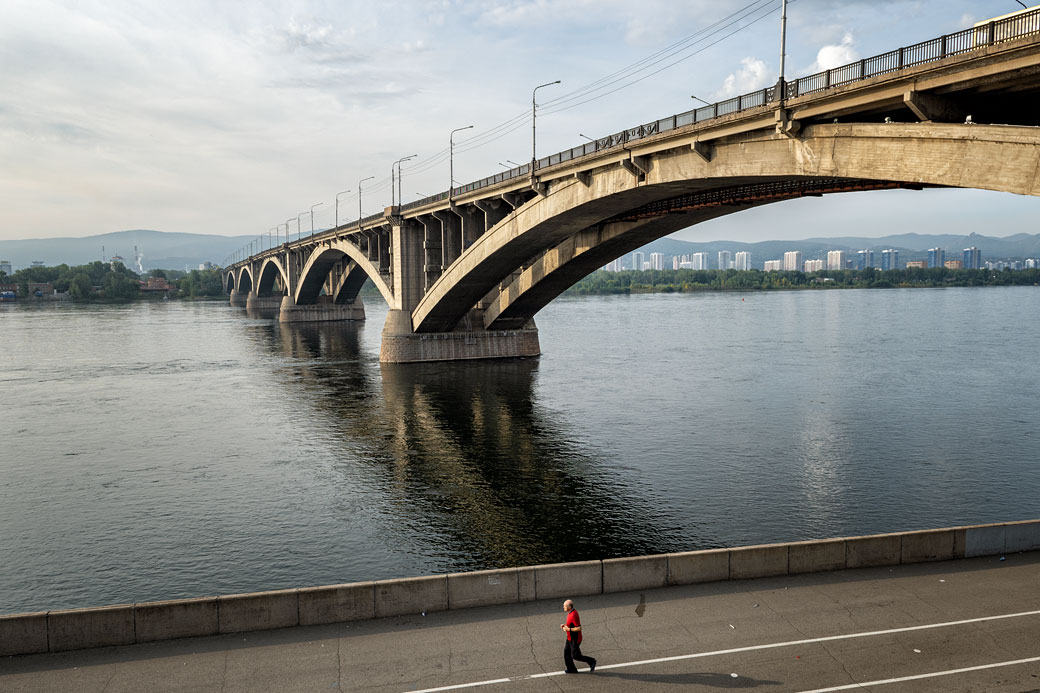 Pont communal au-dessus de la rivière Yenisei à Krasnoyarsk, Russie