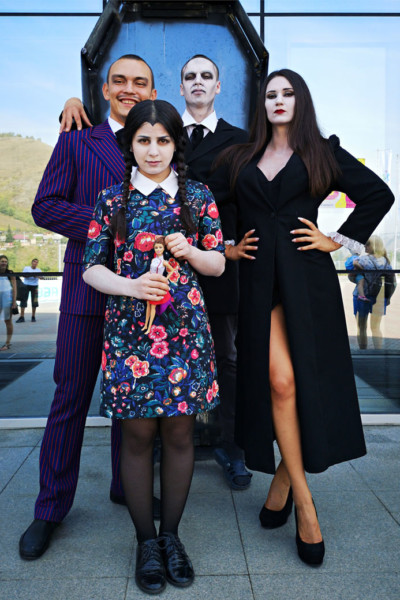 La famille Addams lors du Letniy Gornoluzhnik festival à Krasnoyarsk, Russie