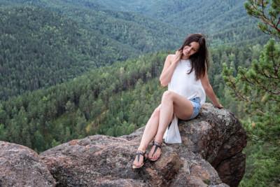 Tatyana sur un pilier de la réserve de Stolby, Russie