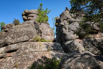 Le rocher de la grand-mère dans la réserve de Stolby, Russie