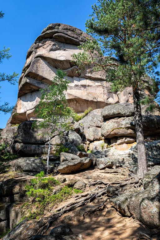 Le rocher du grand-père dans la réserve de Stolby, Russie