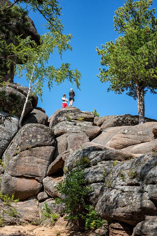Randonneurs sur le rocher du grand-père à Stolby, Russie