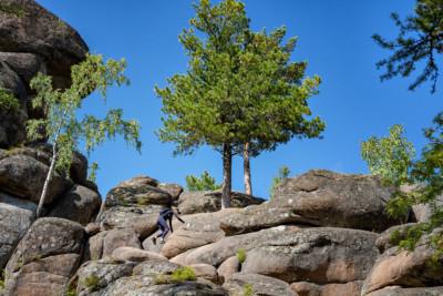 Ascension du rocher du grand-père à Stolby, Russie