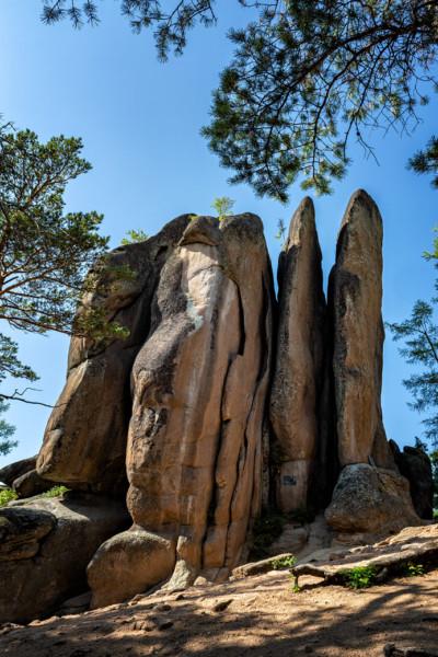Le rocher des plumes dans la réserve de Stolby, Russie