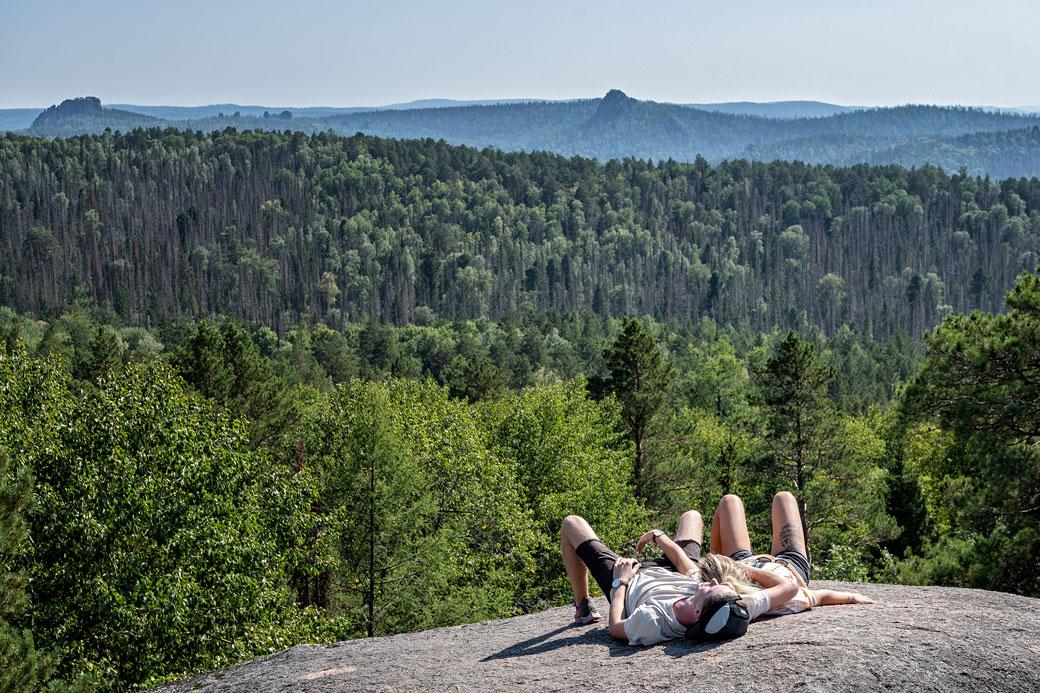 Jeune couple sur le quatrième pilier de Stolby, Russie
