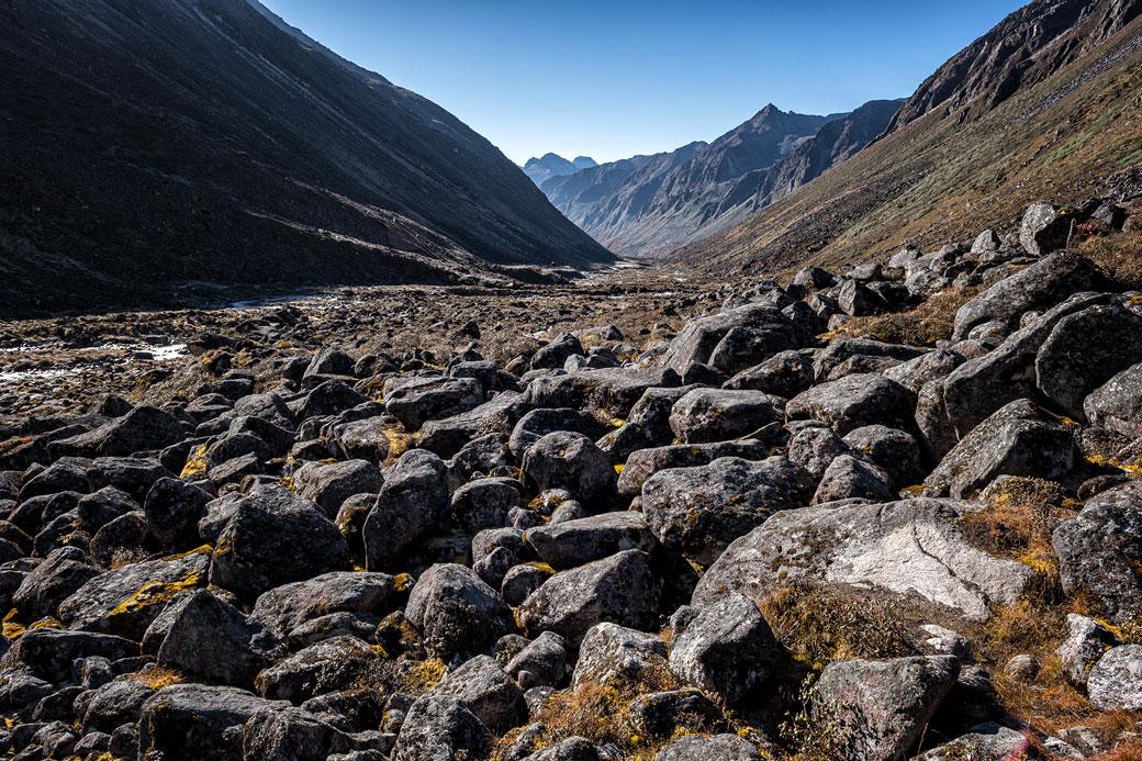 Vallée déserte en route pour Tampoe Tsho, Bhoutan