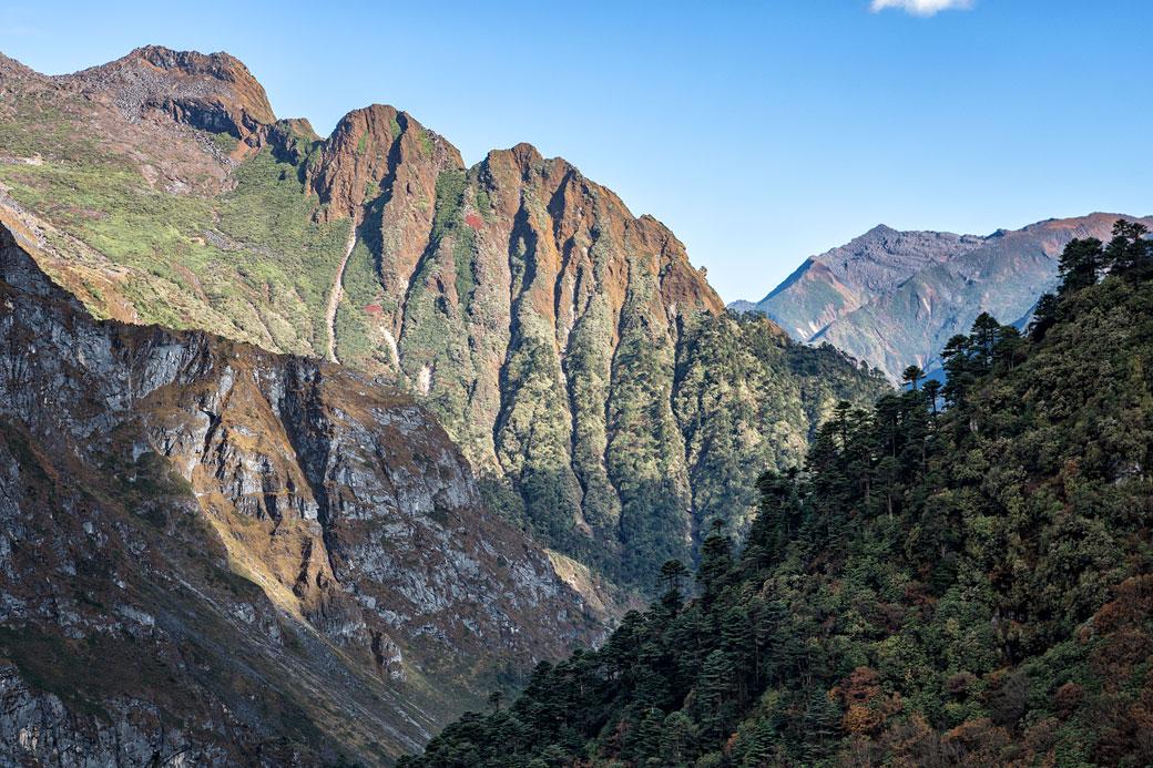 Montagnes et ciel bleu en route pour Tampoe Tsho, Bhoutan