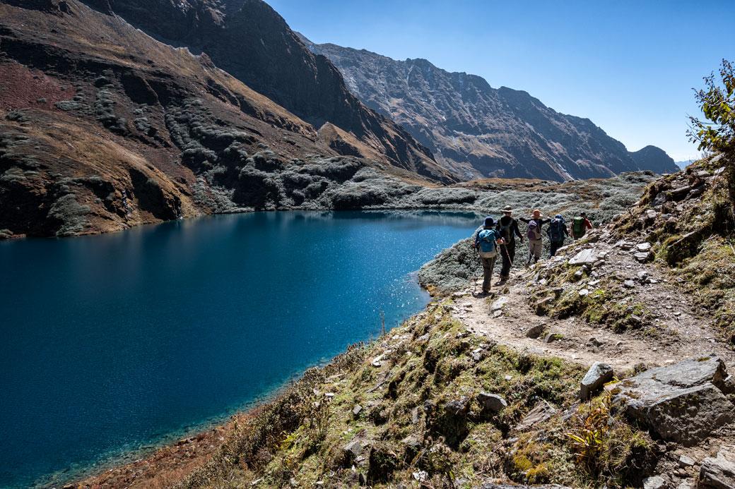 Trekkeurs au bord du lac Om Tsho en route pour Maurothang, Bhoutan