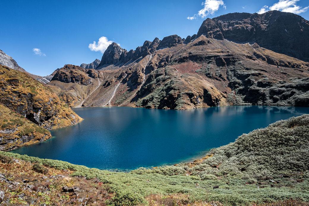 Le lac Om Tsho entouré de montagnes, Bhoutan