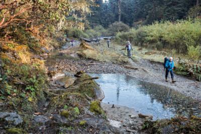 Trekkeurs en route pour Nikka Chhu, Bhoutan