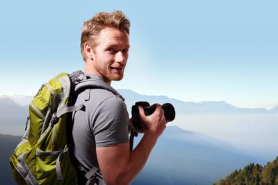 Jeune homme avec un appareil photo