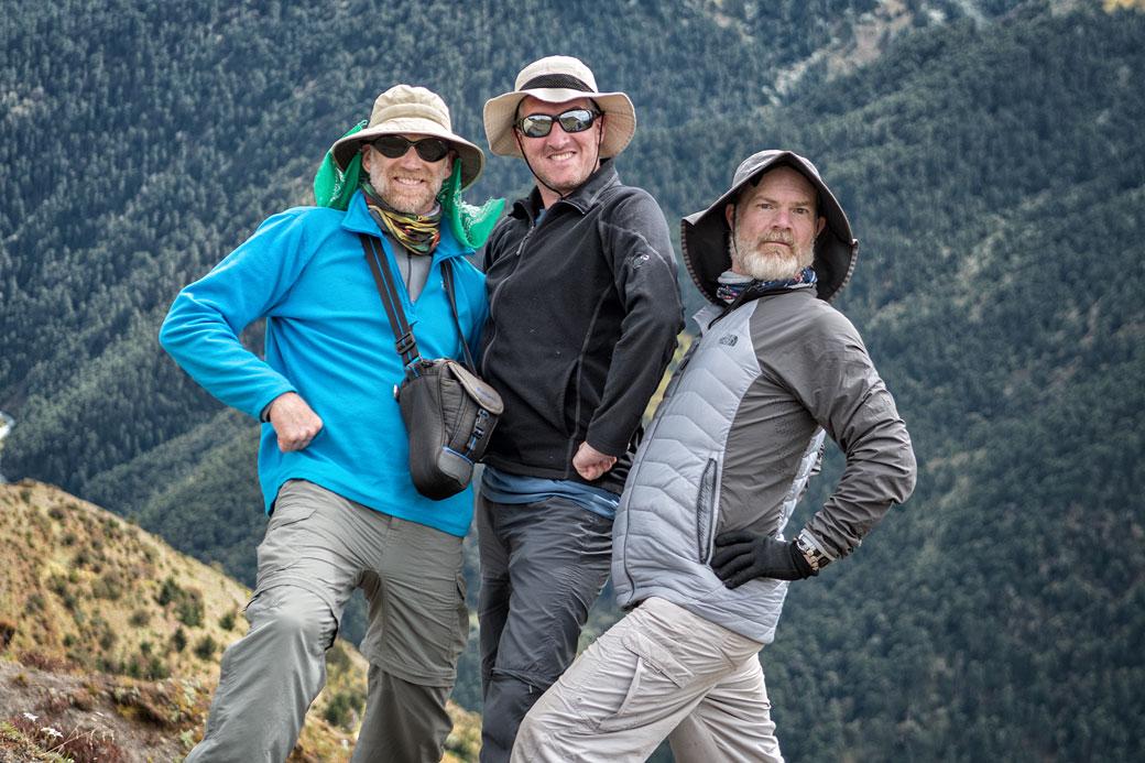 Trois hommes avec un chapeau de randonnée au Bhoutan
