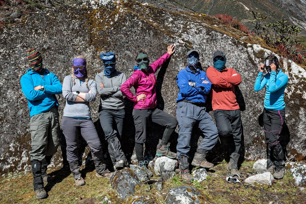 Groupe de randonneurs avec un bandana Buff sur le visage
