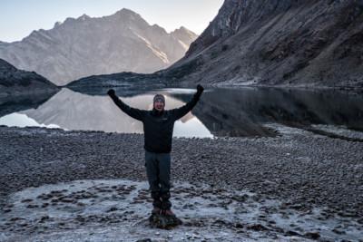 Trekkeur heureux devant un lac de montagne
