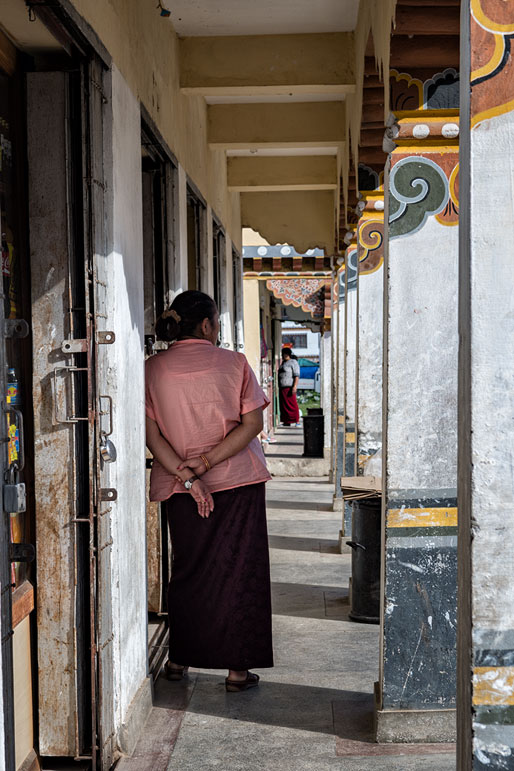 Allée de magasins dans une rue de Paro, Bhoutan