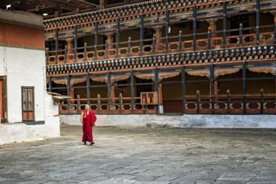 Moine dans la cour du dzong de Paro, Bhoutan