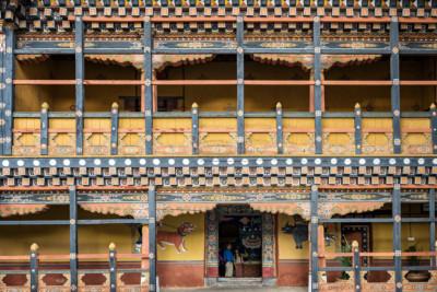 Façade richement décoré dans la cour du dzong de Paro, Bhoutan