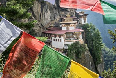 Drapeaux de prières au monastère de Taktshang, Bhoutan
