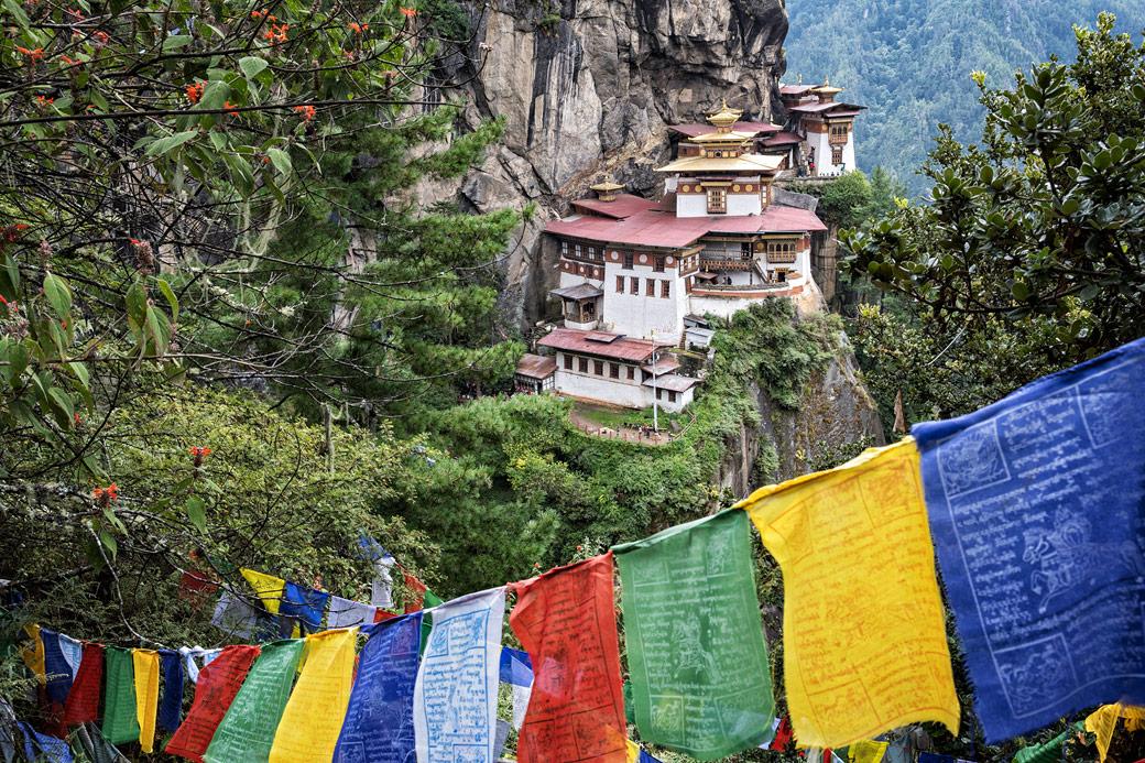 Drapeaux de prières au monastère bouddhiste de Taktshang, Bhoutan