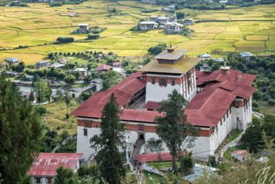Dzong de Paro au-dessus des rizières, Bhoutan