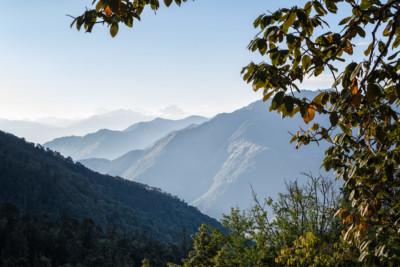 Montagnes et vallées dans la région de Punakha, Bhoutan