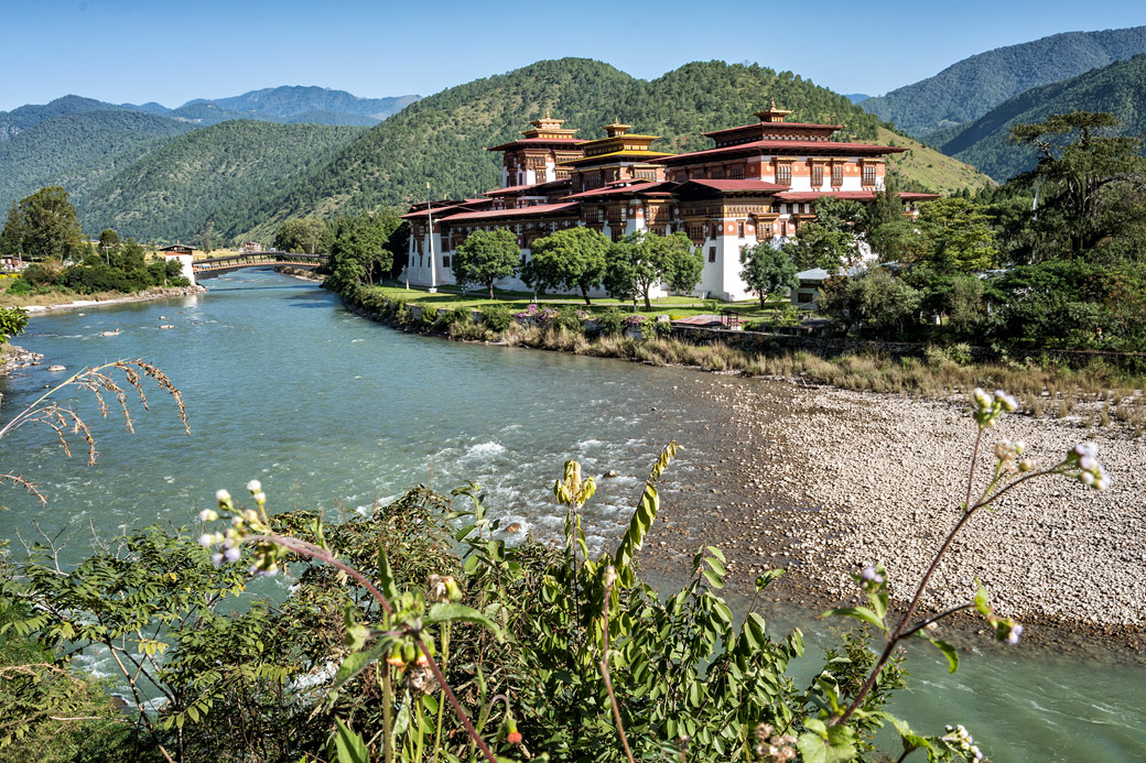 Le dzong de Punakha au bord de la rivière Mo Chhu, Bhoutan