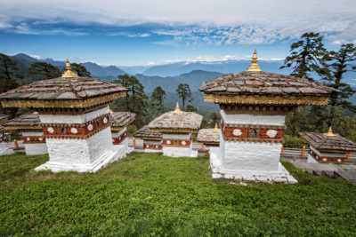 Chortens et panorama au col de Dochula, Bhoutan