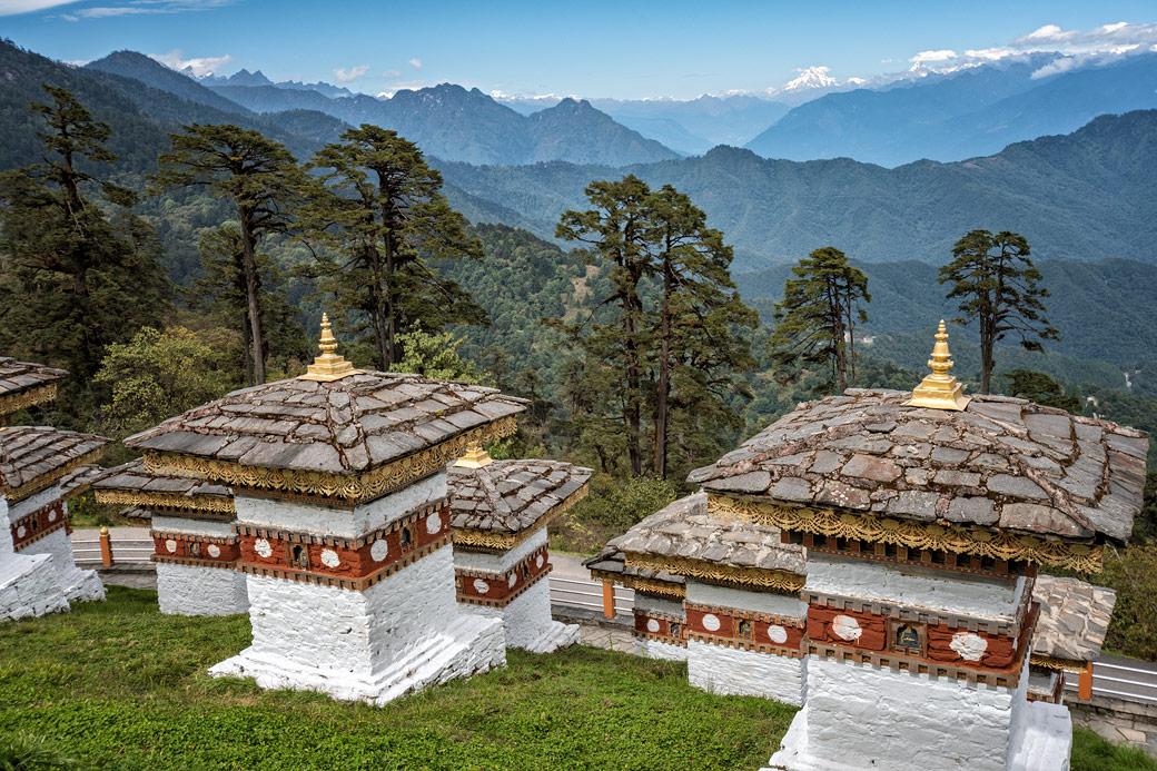 Chortens et montagnes au col de Dochula, Bhoutan