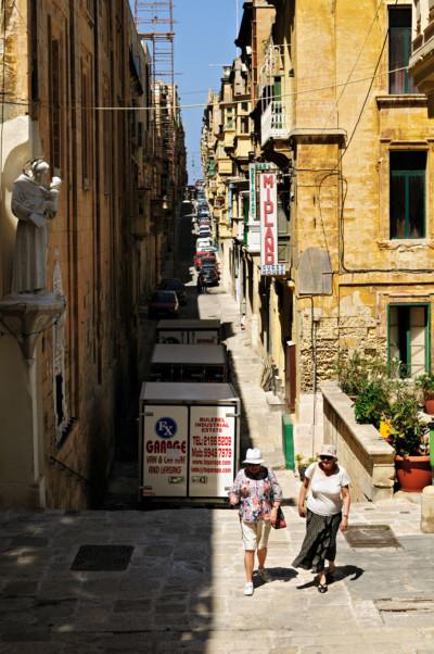 Passantes dans une rue de La Valette, Malte
