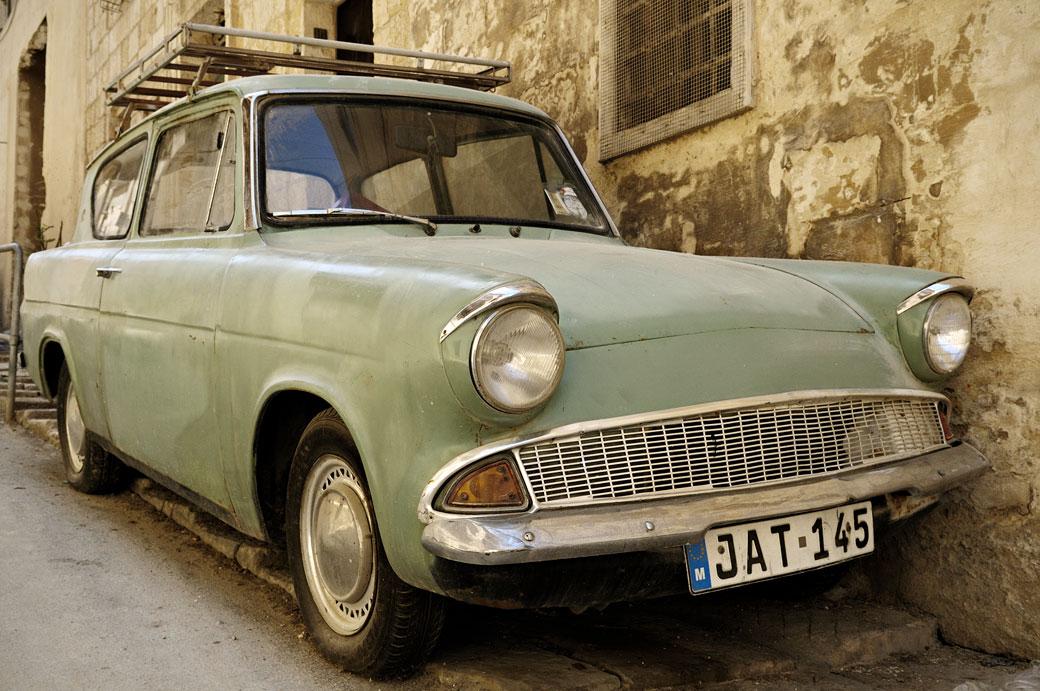 Vieille Ford Anglia verte dans une rue de La Valette, Malte