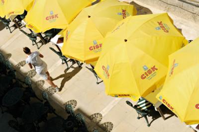 Parasols jaunes CISK à La Valette, Malte