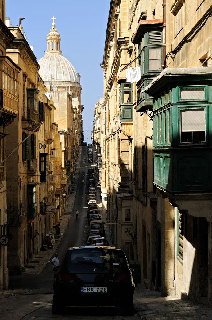 Rue et église à La Valette, Malte