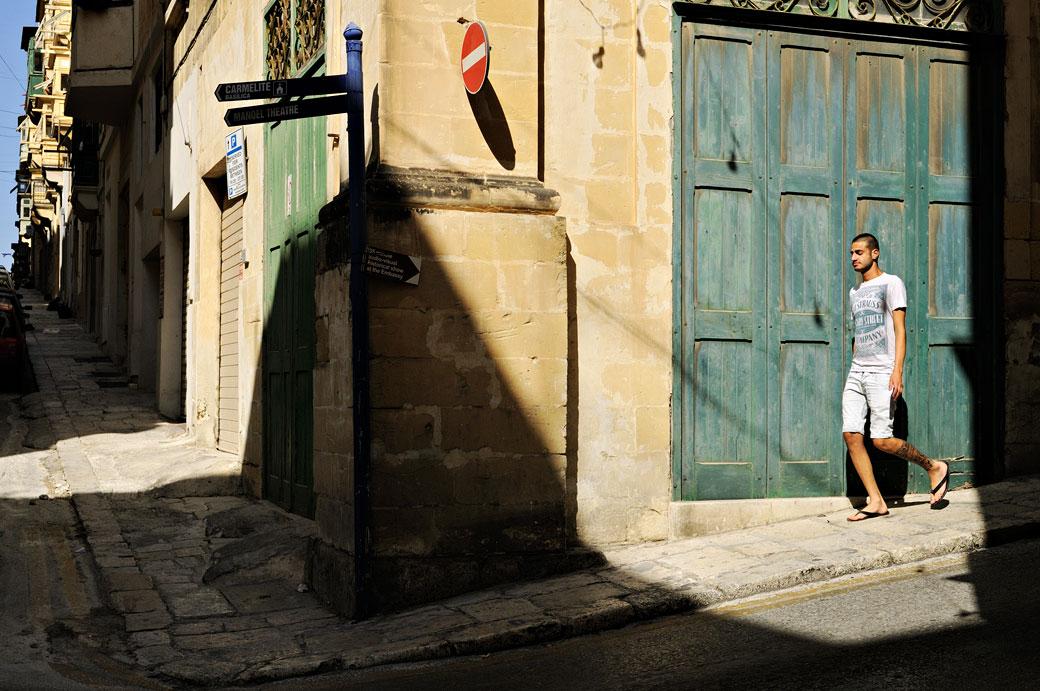 Passant dans une rue de La Valette, Malte