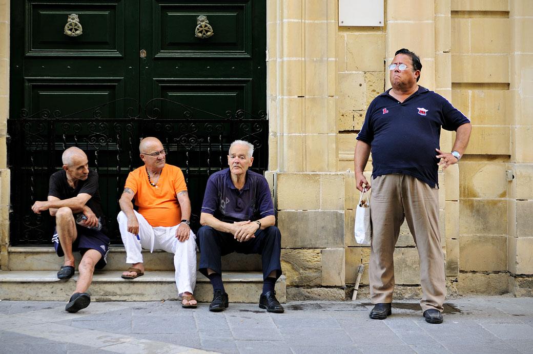 Groupe d'hommes dans une rue de La Valette, Malte