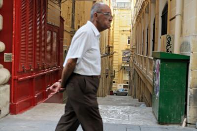 Vieil homme dans une rue de La Valette, Malte