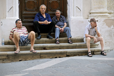 Groupe d'hommes assis sur des escaliers à La Valette, Malte