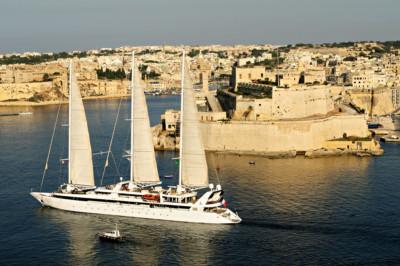 Grand voilier qui passe devant le fort Saint-Ange de Birgu, Malte