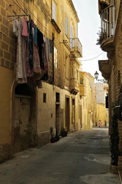 Linge qui sèche dans une rue de Birgu, Malte